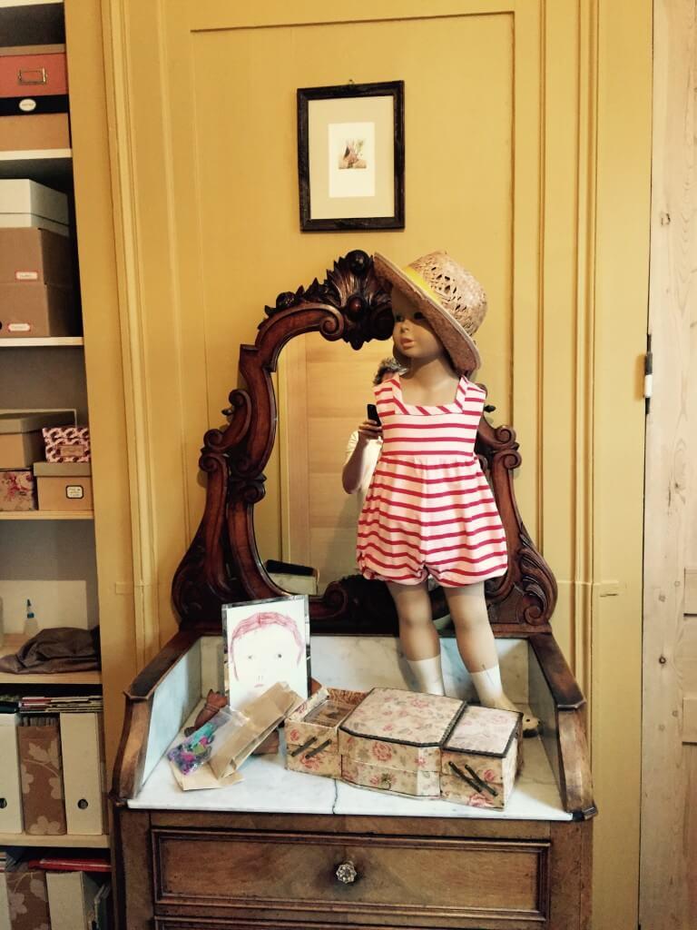 Ce mannequin, ramené des puces de Palerme, est habillé d'une barboteuse que j'avais réalisée pour le 3ème été de mon fils.