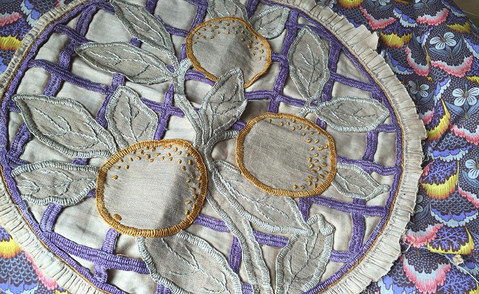 Broderie Richelieu rétro violette et or