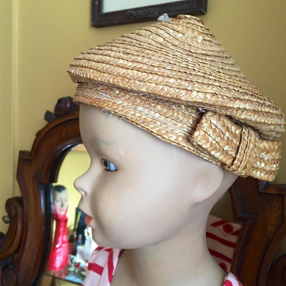 Chapeau de paille enfant sur tête de mannequin