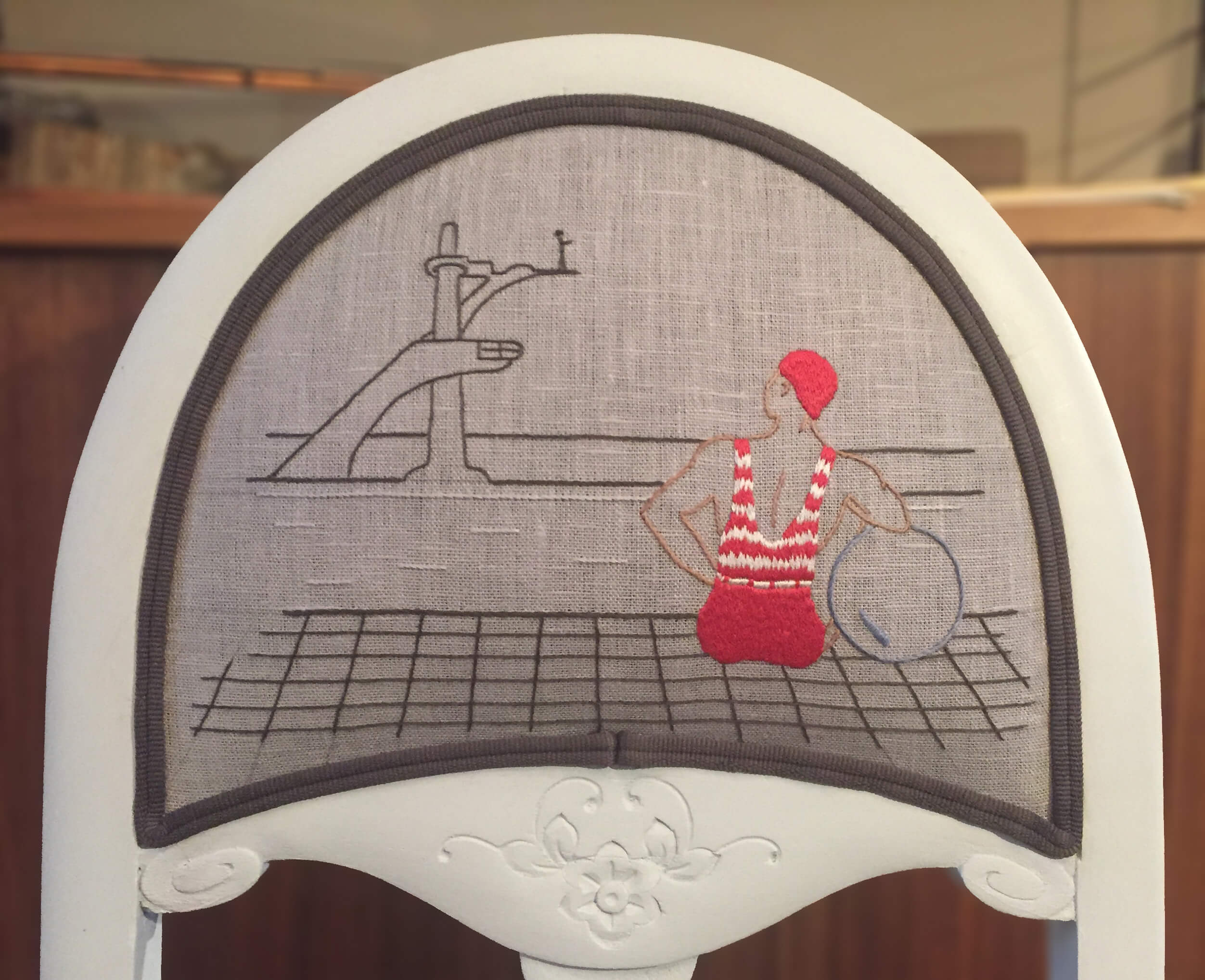 Dossier de chaise brodée, vue du baigneur regardant la plongeuse